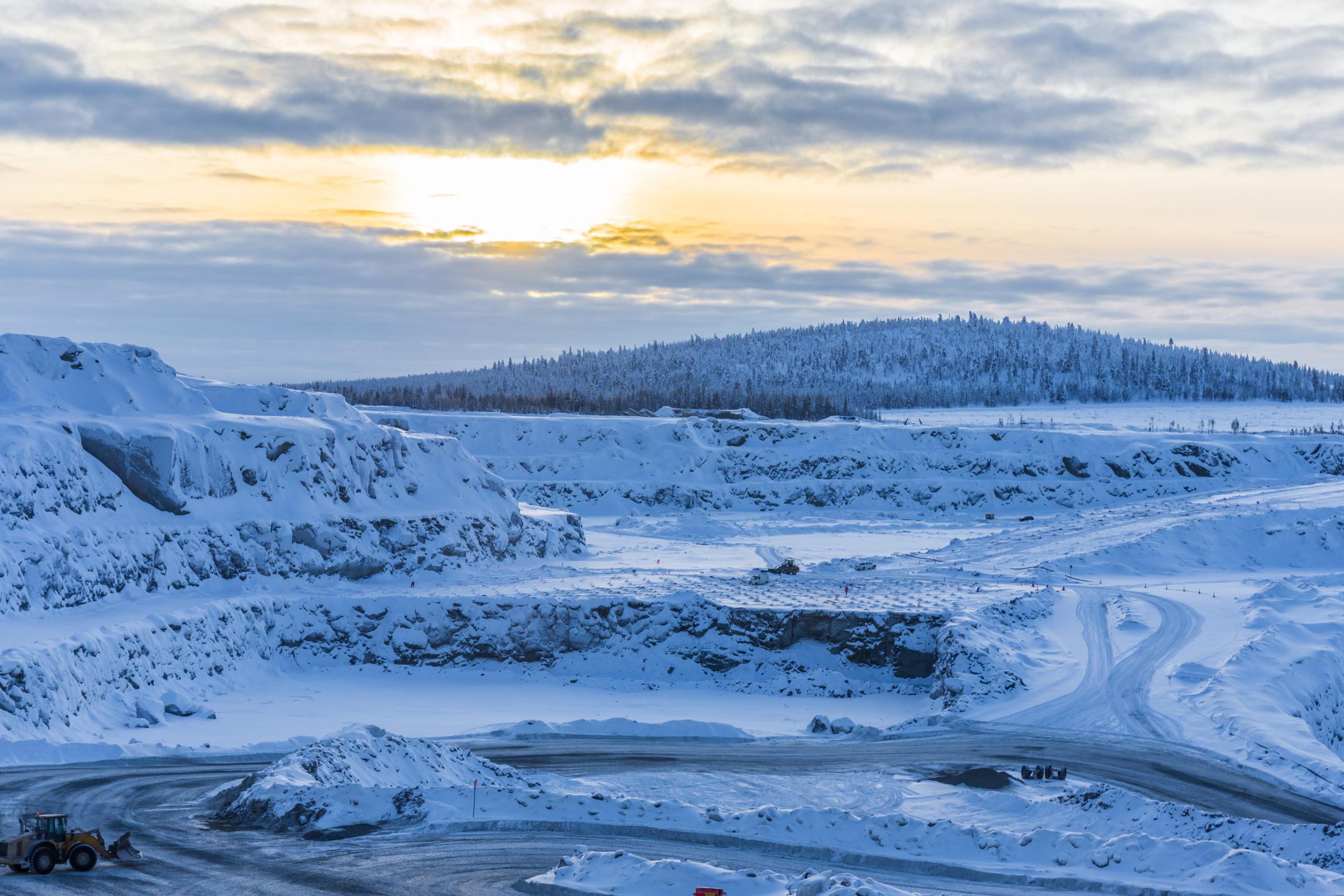 Boliden Kevitsan kaivoksen avolouhos talvisessa iltavalaistuksessa.