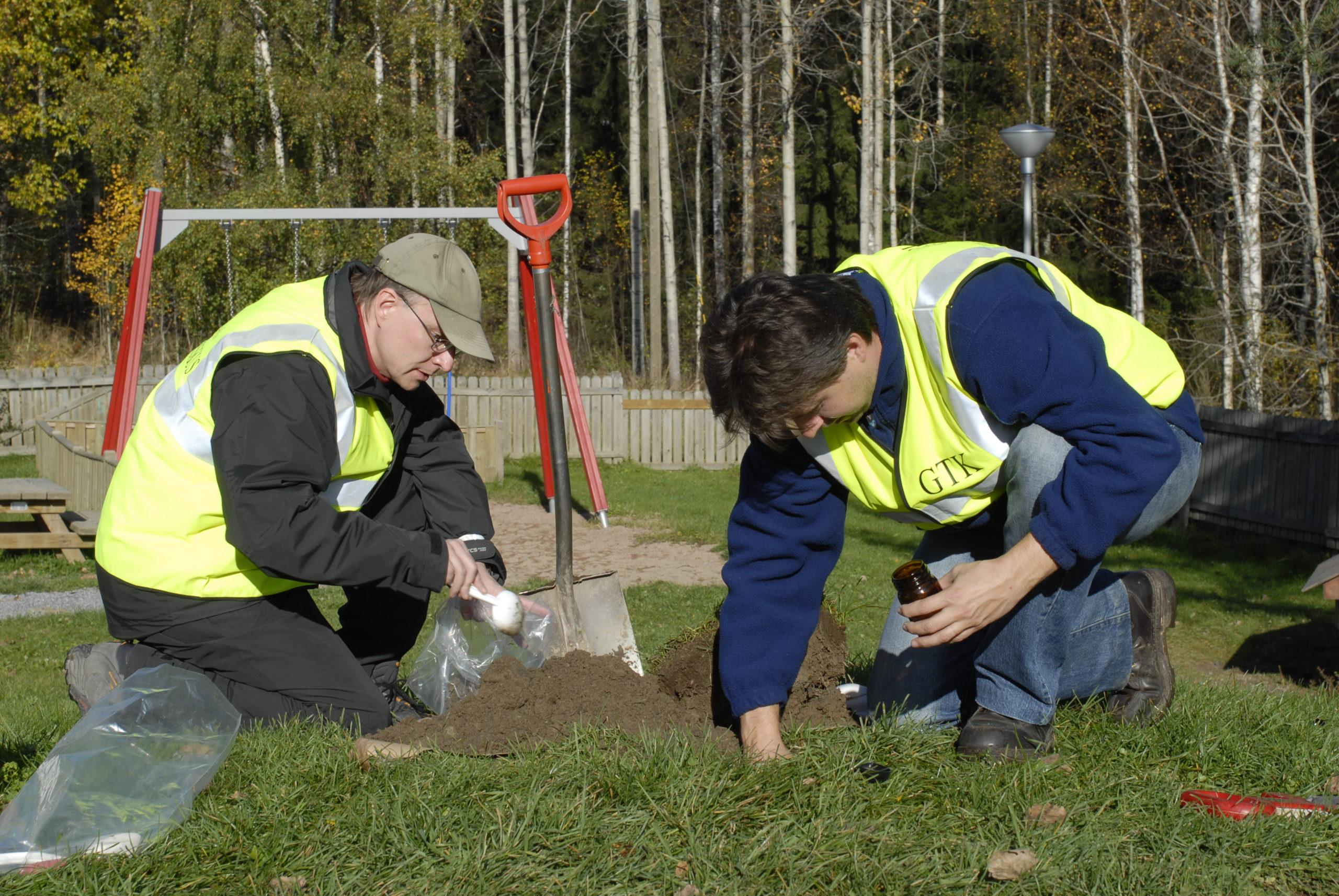 GTK:n tutkijat keräämässä maaperänäytteitä päiväkodin piha-alueella Nokialla.