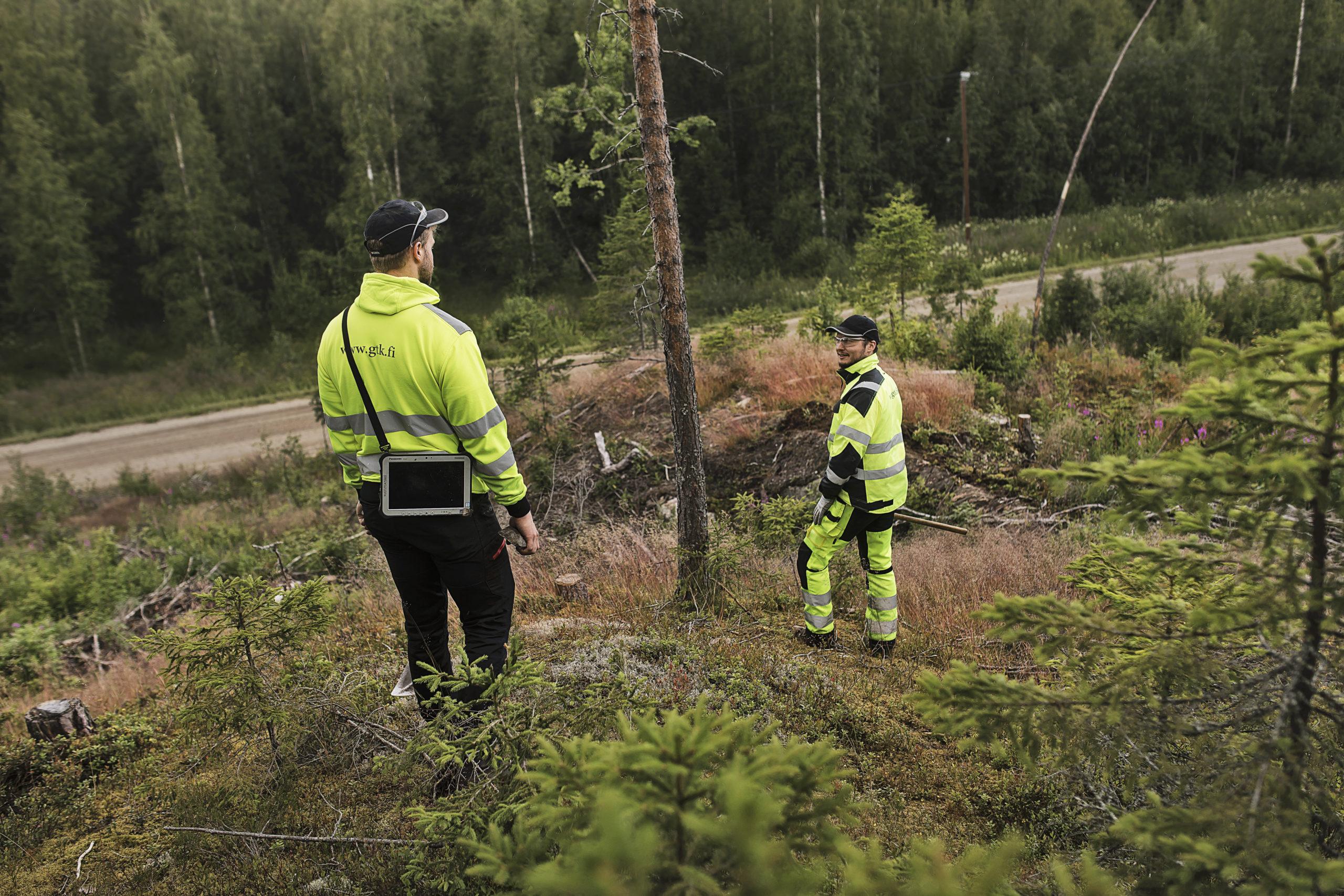 GTK:n geologit kartoittamassa kallioperää Leppävirralla kesällä 2019.