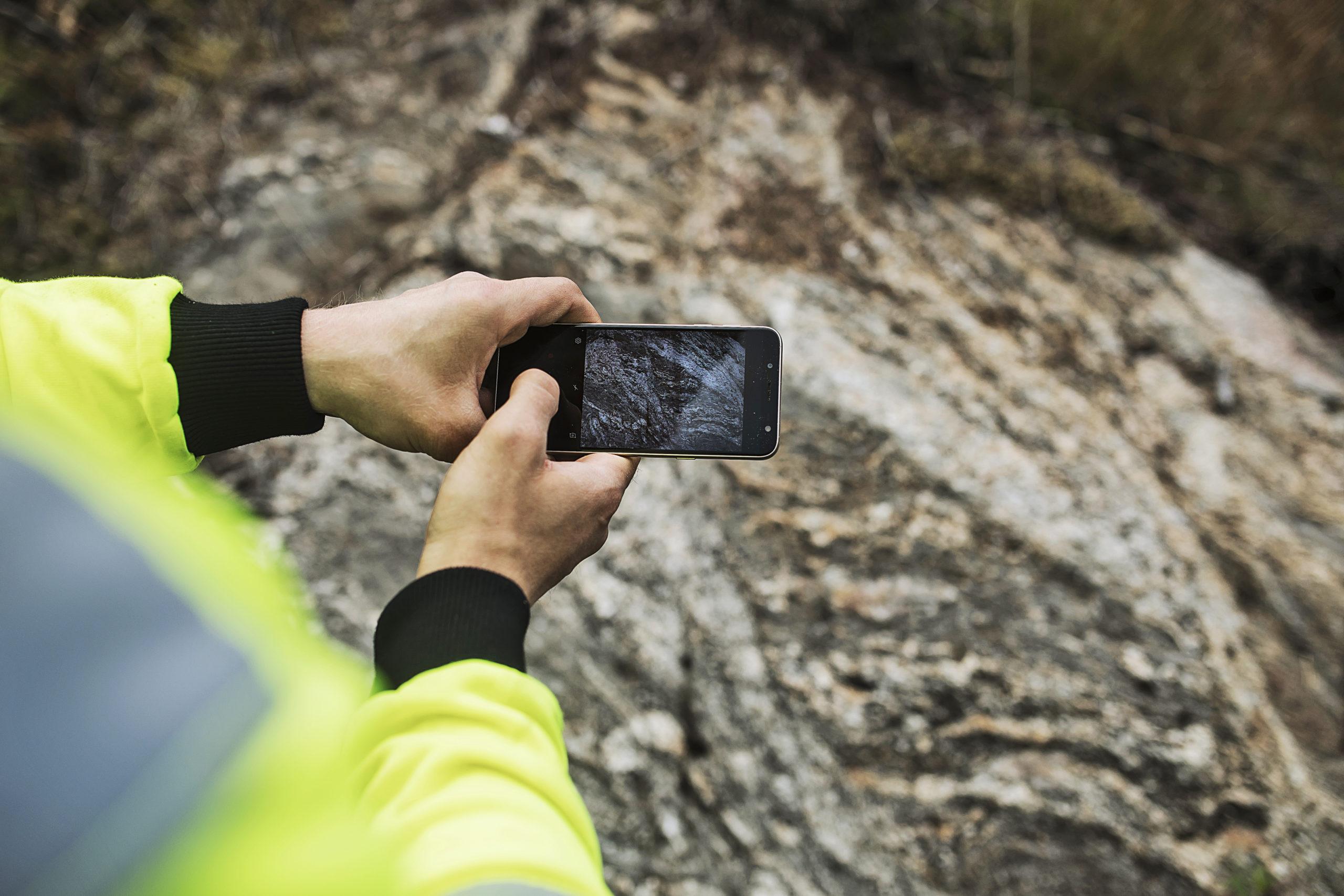 GTK:n geologi suorittamassa kallioperätutkimusta Leppävirralla keväällä 2020.