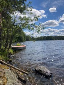 Veneellä rantautumassa Jängänsaareen. Kipparina Mauri.