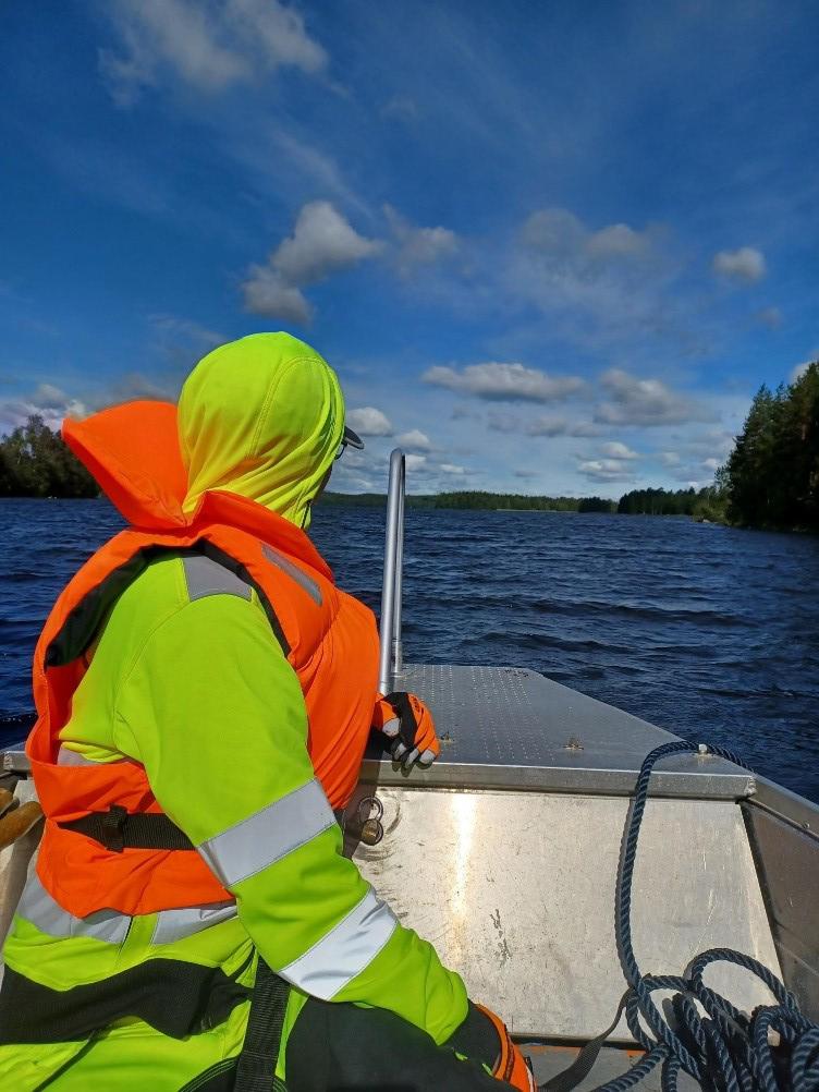 Saarikartoitus Särkijärvellä veneellä.