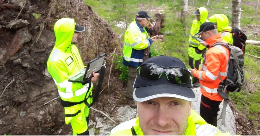 Kesätyöntekijöitä geologin opissa kivitutkimuksissa