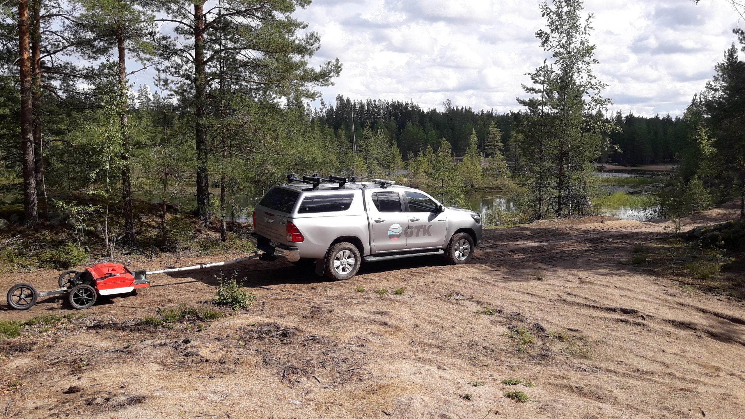 GTK:n auto, maatutkalaitteisto sekä Kaurajärven pohjavesialueella sijaitseva sorakuoppa, joka on kaivettu niin syväksi, että sen pohjalla on pohjavettä.