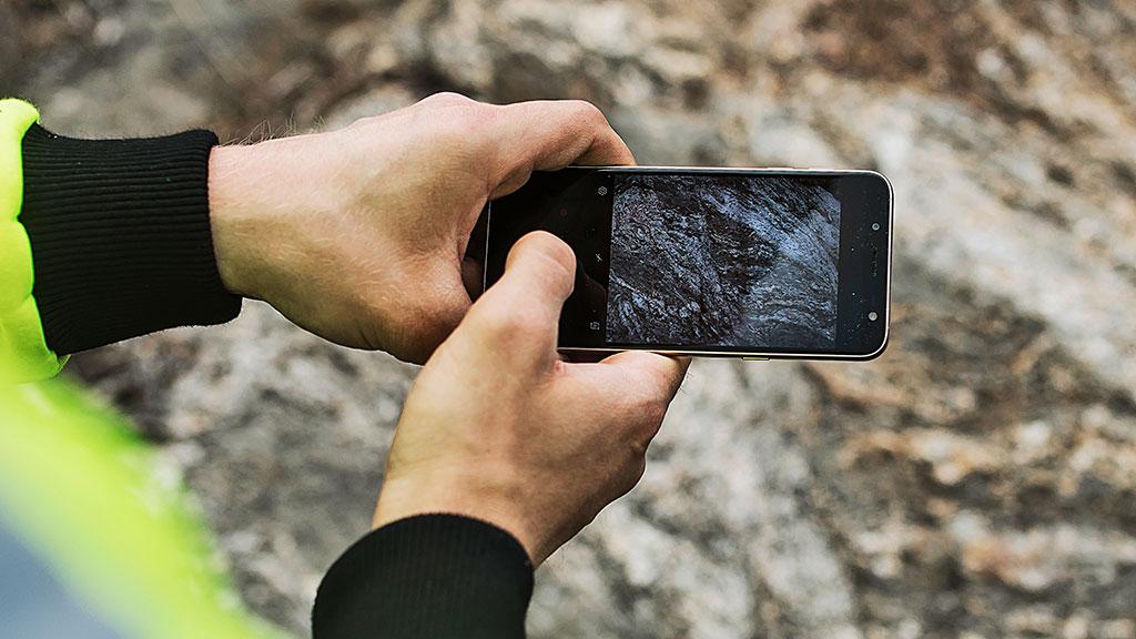 kännykällä otetaan kuvaa kalliosta